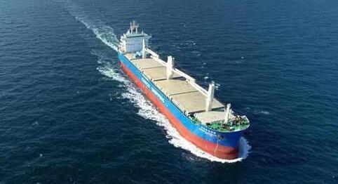 大连中远海运重工首制6.2万吨多用途纸浆船完成试航