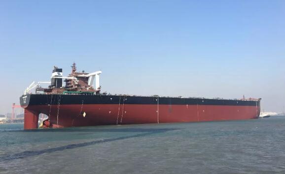 北船重工40万吨矿砂船2号船出坞