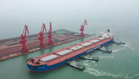 中远海运散运30万吨级合瀛轮满载几内亚铝土矿首次靠泊日照港