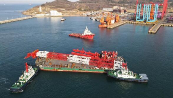 武汉船机1200吨风电安装平台绕桩式起重机发运出厂
