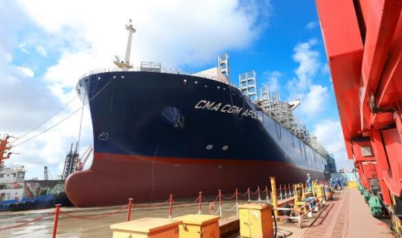沪东中华造船15000TEU集装箱船4号船出坞