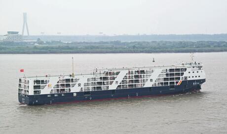 长江流域第一艘新型800车滚装船在镇江船厂启航