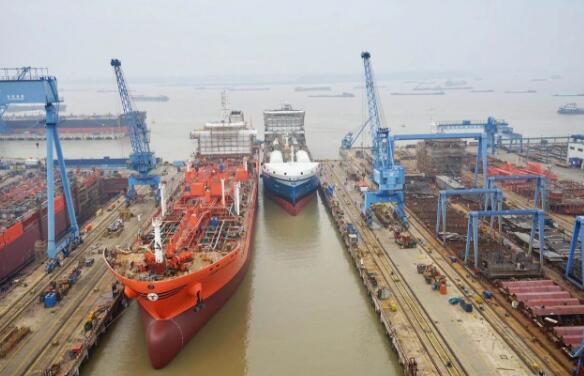 中航鼎衡两艘化学品船同日下水